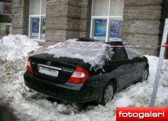 Buzlar eridi arabalar böyle pert oldu