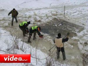Göle uçan 3 kişi böyle dondu