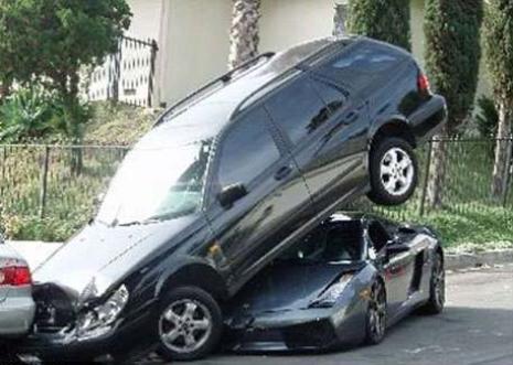 Lamborghini Saab'ın altına girdi
