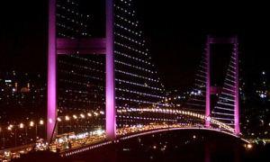 Boğaziçi Köprüsü 'pembe'ye büründü