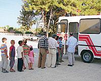 Otobüsü seyyar sağlık ocağına çeviren doktor, köylünün ayağına kadar gidiyor