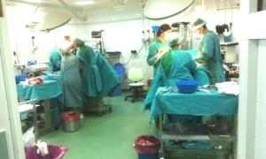 Bir ameliyathanede aynı anda iki operasyon / Video