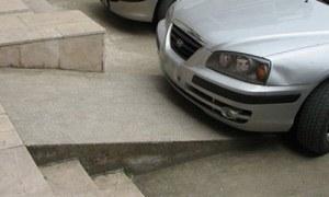 Ana caddeye park edilen araç engelli geçişine engel oldu!