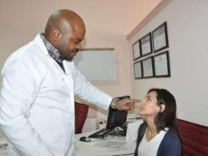 Tanzanyalı doktor hastaların ilgi odağı oldu