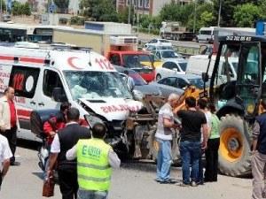 Ambulans kepçeye çarptı: 4 yaralı