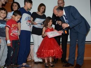 Lösemili çocuklara karnelerini Bakan Müezzinoğlu verdi