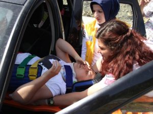 Doktor ve hemşire eşi kazada yaralandı