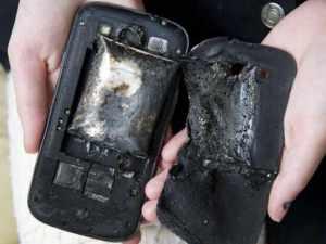 Cep telefonu konuşurken bomba gibi patladı!