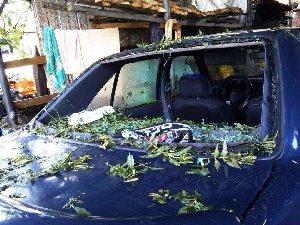 Dolu yağışı evlerin otomobillerin camlarını kırdı