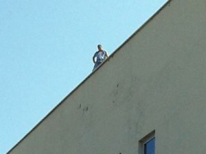 Hastanenin çatısında silahlı şahıs paniği