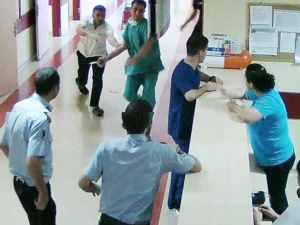 Doktor hemşireye makasla saldırdı!