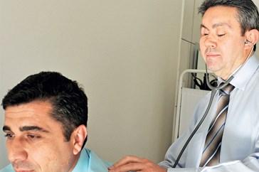 Dr. Özer Şimşek gözleri görmeden şifa dağıtıyor