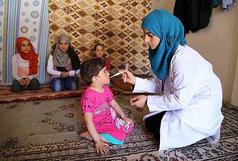 Kassum hemşire Suriyelilere şifa dağıtıyor