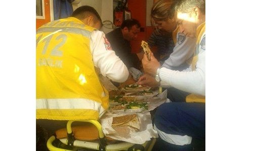Ambulansta lahmacun ziyafeti!