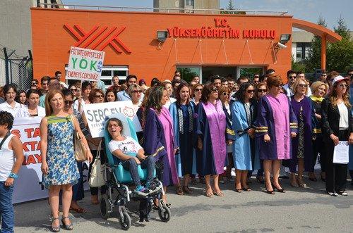 YÖK'ün lisans tamamlama kararı protesto edildi