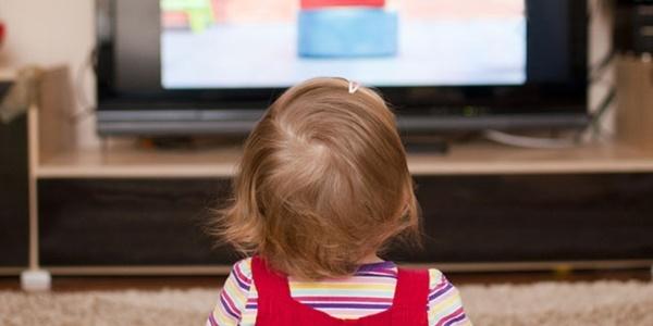 Uzun süre televizyon seyretmek çocuklarda dikkat eksikliğine yol açıyor