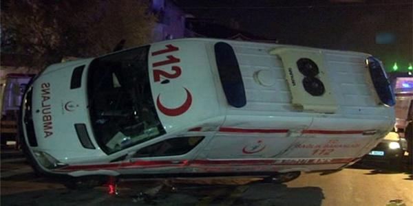 Ambulans devrildi: 3 personel yaralı