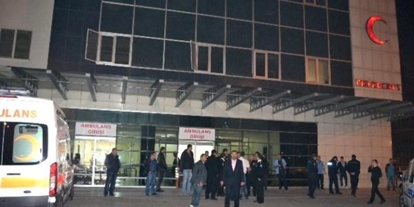 Acil serviste güvenlik görevlilerine bıçaklı saldırı