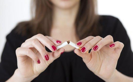 Anne ve babanın balkonda sigara içmesi çocuğu nikotinden korumaz