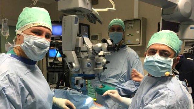 Türk doktor, canlı yayınlanan ameliyatla 83 yaşındaki İtalyan'ın yeniden görmesini sağladı.