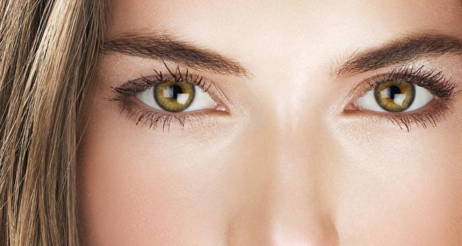 Göz altı ışık dolgusu ile parlayan bakışlar