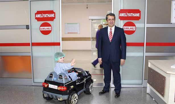 Ameliyathaneye oyuncak arabayla gidiyorlar