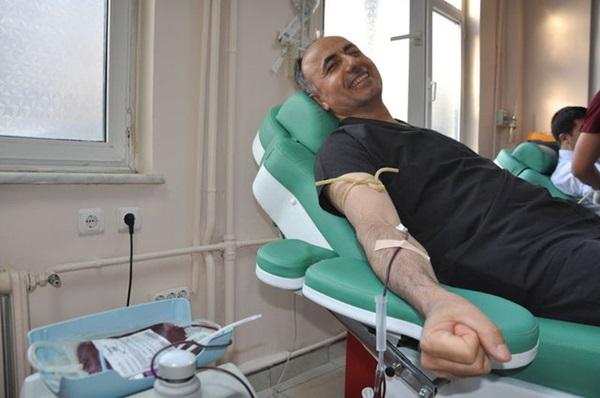 Doktorlar kan bulamadıkları hastaya kendi kanlarını verdi!
