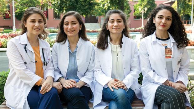Doktor babanın 4 doktor adayı kızı, hepsi de aynı yerde çalışmak istiyor