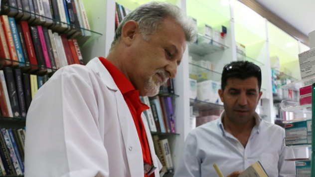Eczanesine gelenlere hem ilaç hem de kitap veriyor