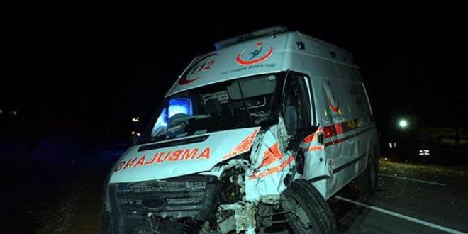 Şişli'de hasta taşıyan ambulans ağaca çarptı: 6 yaralı