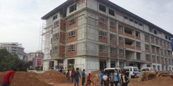 Okul inşaatından düşen işçi hayatını kaybetti