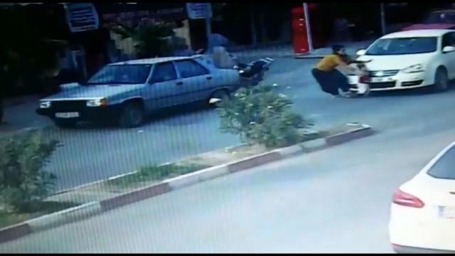 Tarsus'ta feci kaza: Oğlunu otomobilin altında kalmaktan kurtaramadı