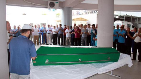 Evinde ölü bulunan hemşire için hastane önünde tören