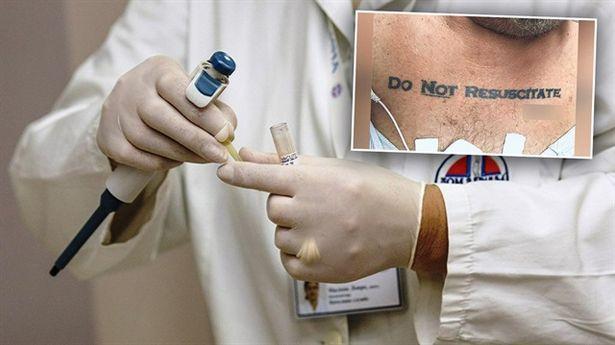 Acile kaldırılan adamın dövmesi doktorları şoke etti