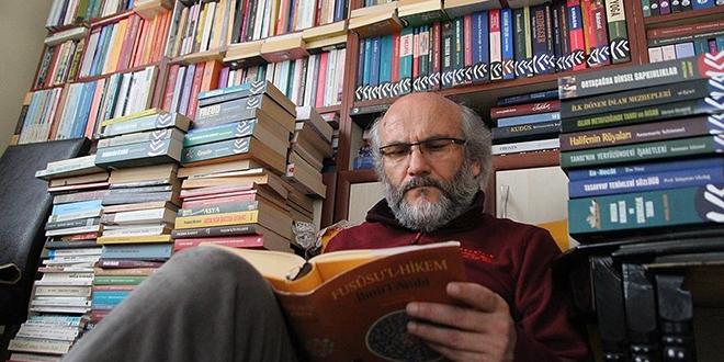 Emekli öğretmen, evinde 30 bin kitapla yaşıyor