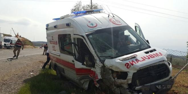 Ambulansla minibüs çarpıştı: 6 yaralı