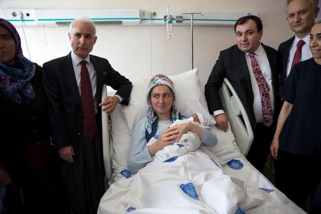 Kalp nakli olduğu hastanede doğum yaptı