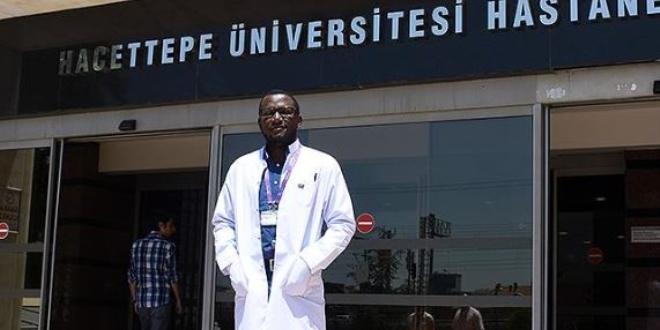 Gambiyalı doktor eğitim aldığı Hacettepe'de şifa dağıtıyor