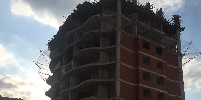 Sıcaktan tansiyonu düşen sıvacı yedinci kattan düşüp öldü