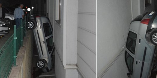 Fren yerine gaza basınca 3 metreden apartman boşluğuna düştü