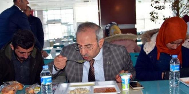 Zehirlenme tedbiri... Her gün bir öğretim üyesi öğrencilerle yemek yiyecek