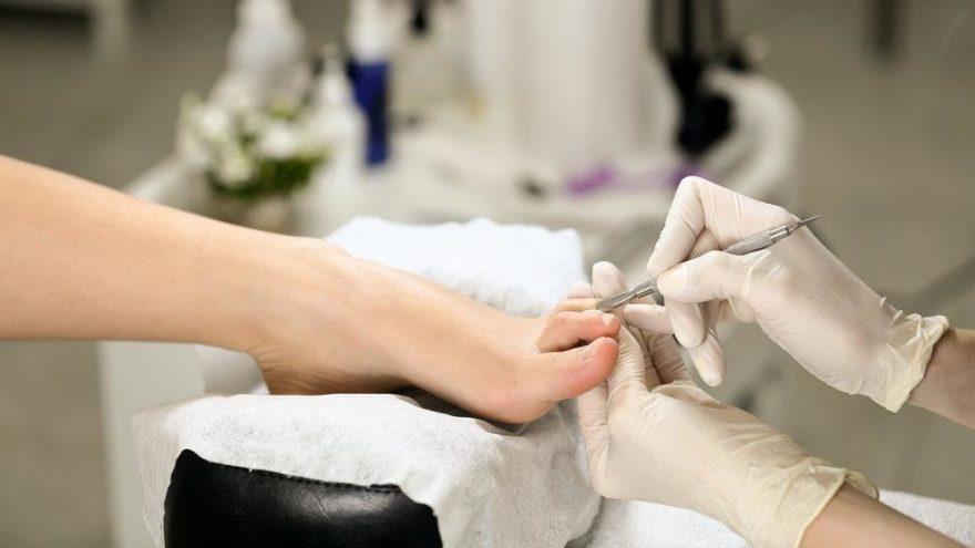 """Prof. Dr. Ahmet Akgül: """"Pedikür yaptırmak bacakta hastalık nedeni olabilir"""""""