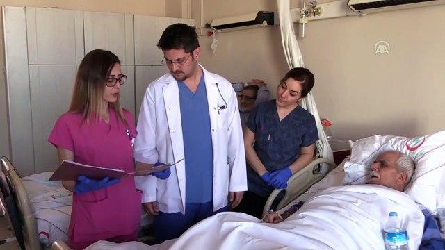 Yaralı kalbi yine hastaları için atıyor