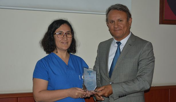 Hastanenin ilk doktor unvanını alan hemşire Yeliz Akatın'a plaket verildi