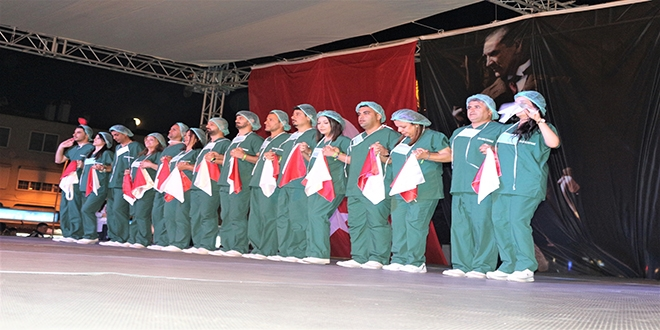 Ameliyathane kıyafetli halk oyunları ekibi