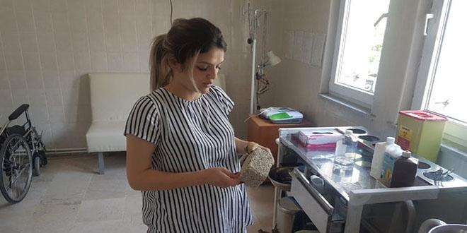 Hamile hemşireye kaldırım taşı ile saldırdı