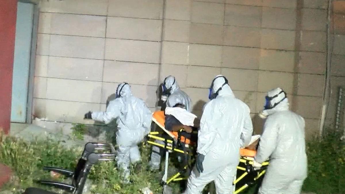 Hurda tüpten zehirlenen 1'i doktor üç kişi özel kıyafetlerle taşındı