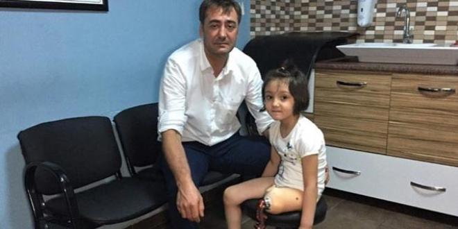 Babasının yaptığı protez bacakla yürümeye çalışan Özge'nin mutlu günü