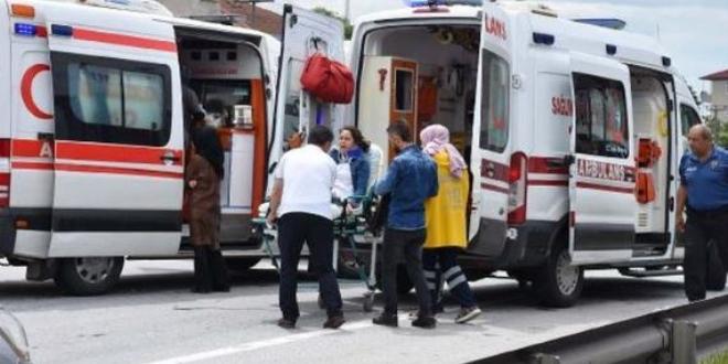 Ambulansla hafif ticari araç çarpıştı: 6 yaralandı