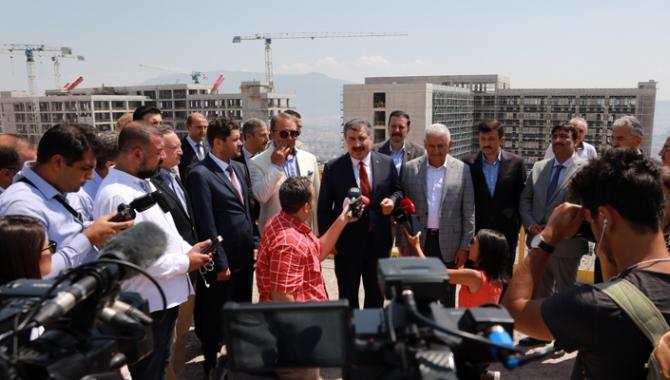 Bakan Koca, İzmir Bayraklı Şehir Hastanesi inşaatında incelemelerde bulundu